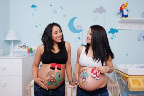foto de amigas embarazadas en una sesion de belly painting a domicilio