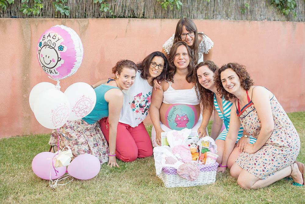 foto de baby shower en madrid con una embarazada con la barriguita pintada