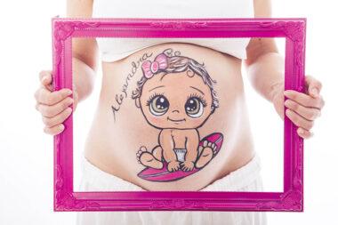 Belly painting en estudio de bebe surfera
