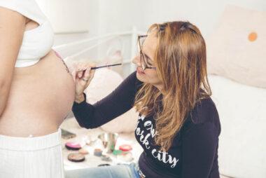 Yo pintando a una mama en una de nuestras sesiones de Belly painting
