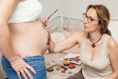 Yo pintando la tripita de una mama en nuestro estudio en Madrid.