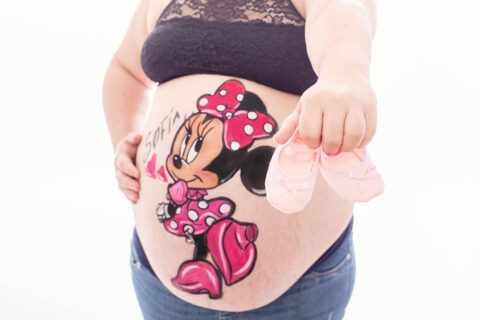 Foto de Belly painting de Minnie con corazones