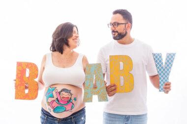 Foto de pareja en una sesión de belly painting