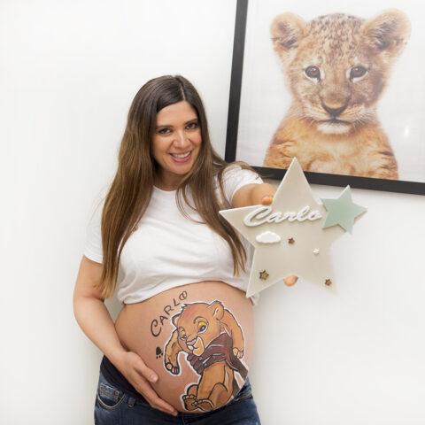 el otro día estuvimos en una sesion de belly painting a domicilio pintando la barriguita de Ana y le hicimos un dibujo de simba con el nombre de su bebe que se va a llamar Carlo